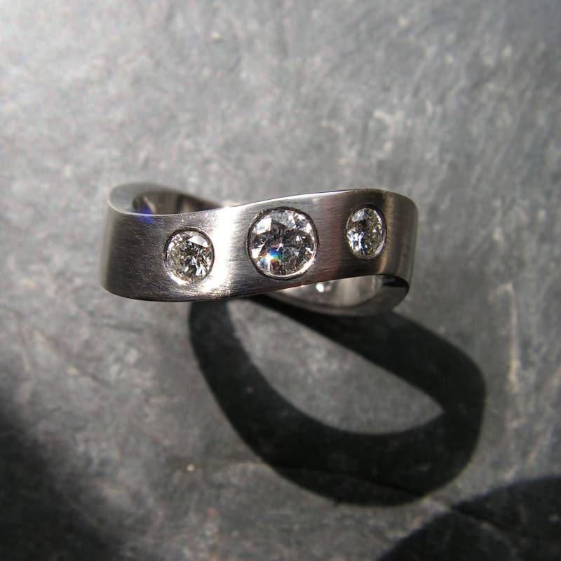 "Ring ""Welle"": Platin mit Brillanten"